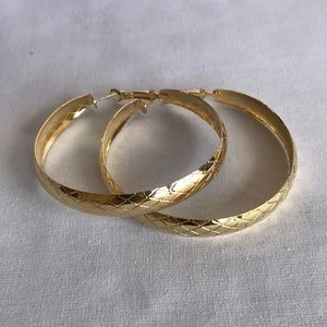 Gold tone snake pattern hoop earrings